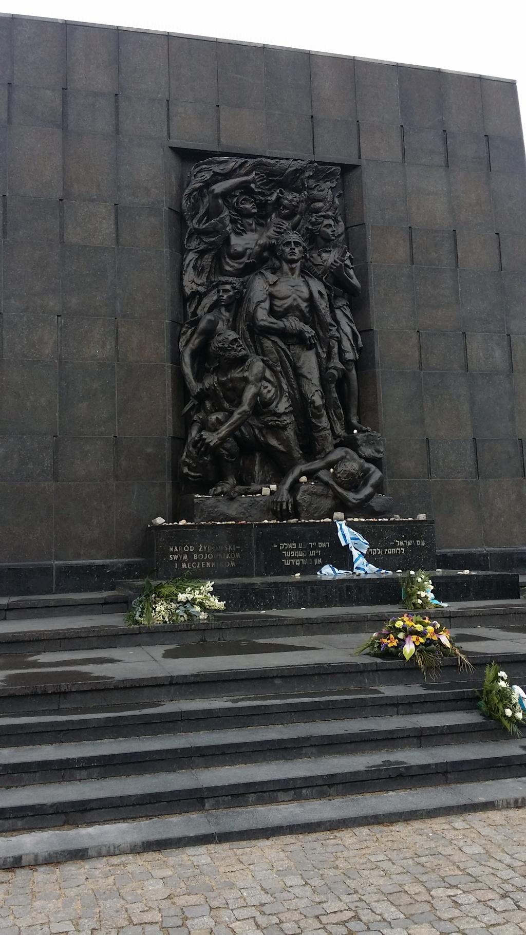 Denkmal vor dem Museum der polnischen Juden Polin in Warschau
