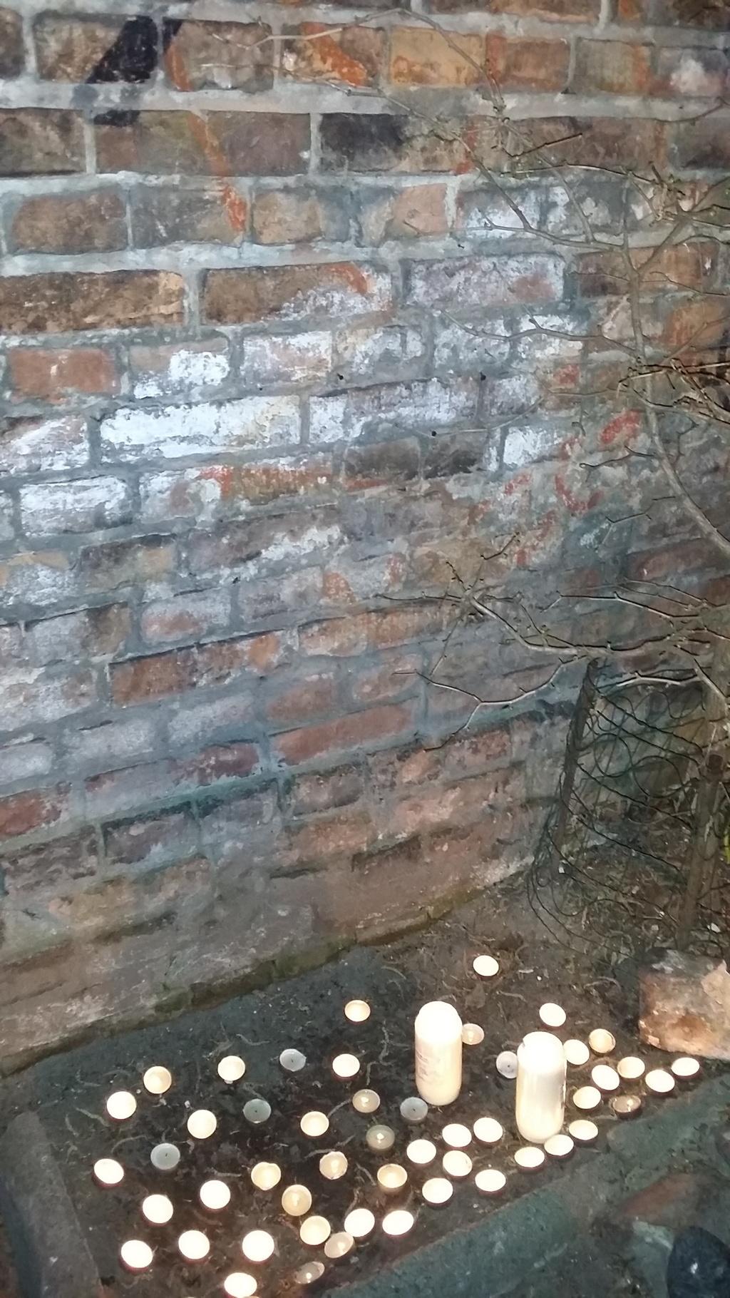 Gedenken an den Mauerresten des Warschauer Ghettos