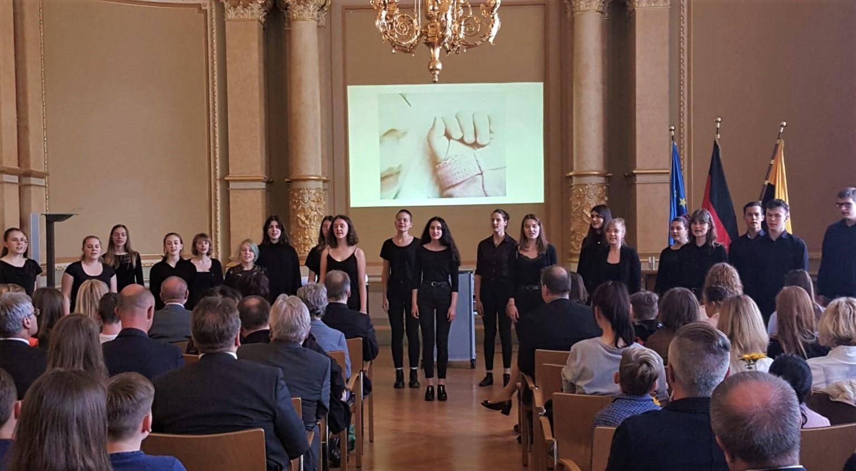 Chorklasse 11-2 singt in der Staatskanzlei