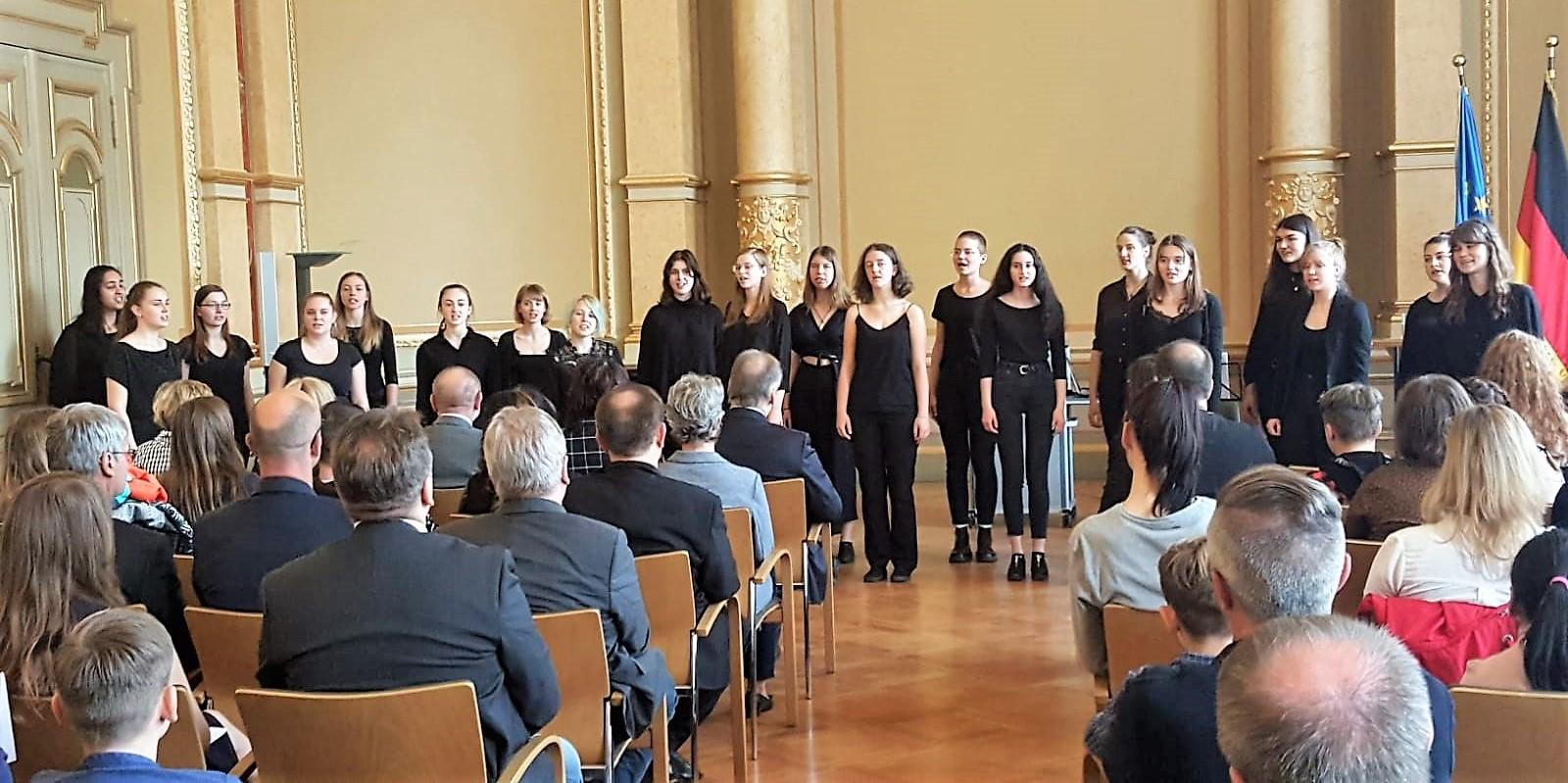 Madchen der Chorklasse 11-2 s ingen in der Staatskanzlei